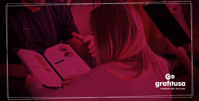 Mulher lendo um cardápio
